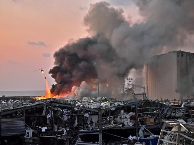 Beirut, devastante esplosione al porto: oltre 300.000 persone rimaste senza casa VIDEO