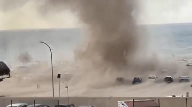 Paura a Cefalù, una tromba d'aria investe il lungomare e i bagnanti si danno alla fuga|VIDEO