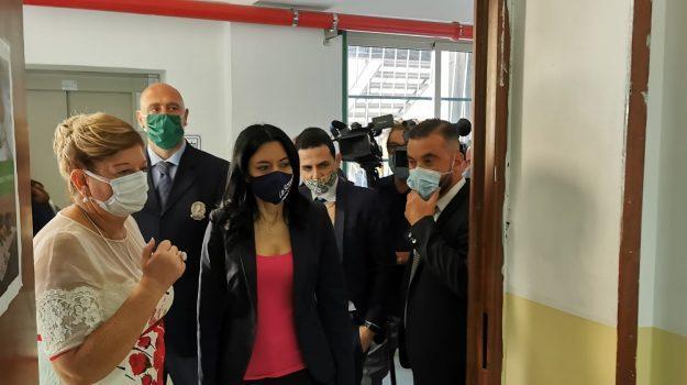"""Azzolina in visita al """"Borghese-Faranda"""" di Patti: «La scuola riparte se c'è collaborazione»"""