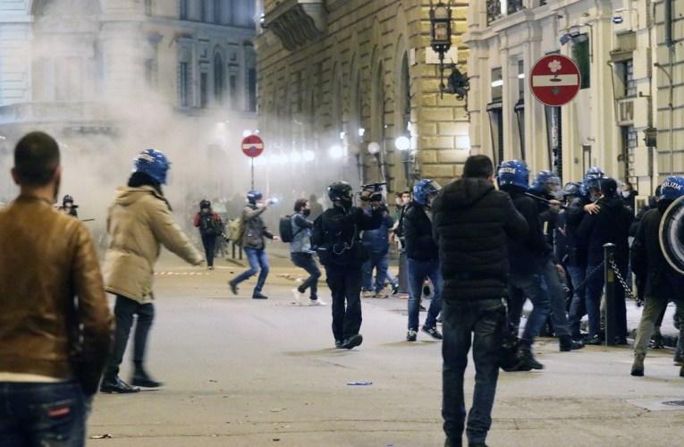 Manifestazione non autorizzata a Firenze, molotov sulla polizia: una ventina di fermati |FOTO