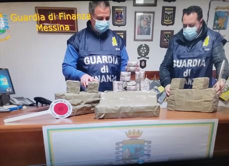 Droga: altro pacco con panetti hashish su spiaggia messinese