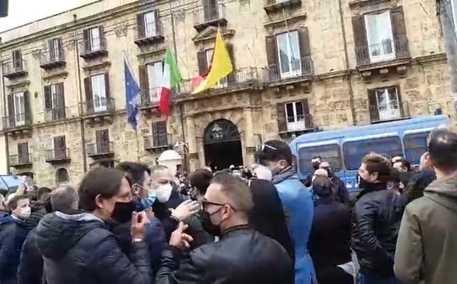 """Sicilia, """"Basta chiusure e zona rossa"""", protesta dei commercianti"""