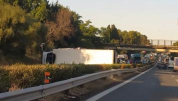 Tir si ribalta sull'A18 e blocca le due corsie, lunghe code in autostrada