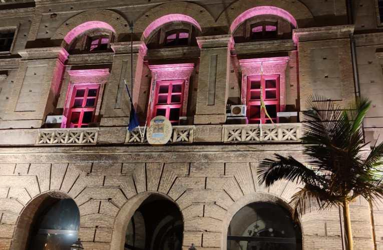 Campagna nastro rosa 2021 dell'Airc: il palazzo municipale s'illumina di rosa