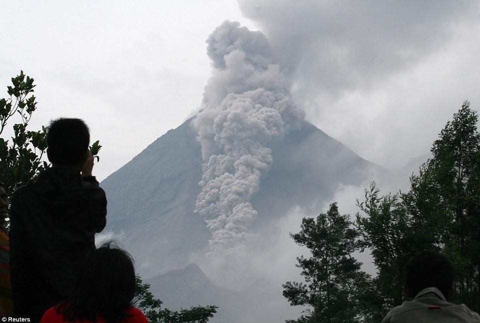 Bali volcano activity prompts 'red warning'