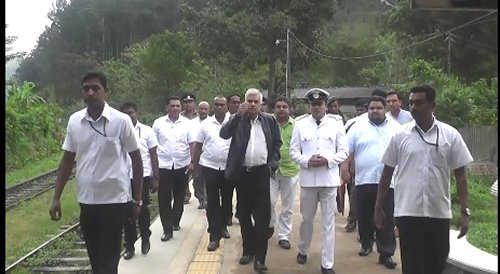 Prime Minister discusses plans to develop Ella-Wellawaya area as a tourist zone