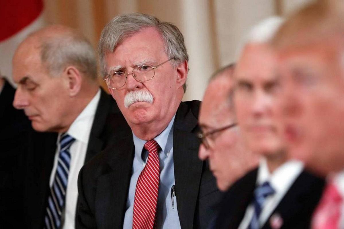 مستشار شؤون الأمن القومي جون بولتون يستمع إلى الرئيس الأميركي دونالد ترمب في أحد الاجتماعات (أ. ب..jpg