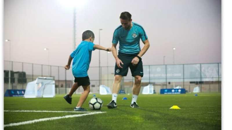 نادي مانشستر سيتي يدعم اللاعبين الصغار بسلسلة من الفيديوهات الكروية التدريبة