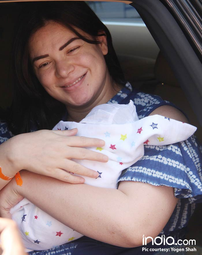 urvashi,-and-sachin-coming-out-of-surya-hospital-with-their-new-born-child-(15)