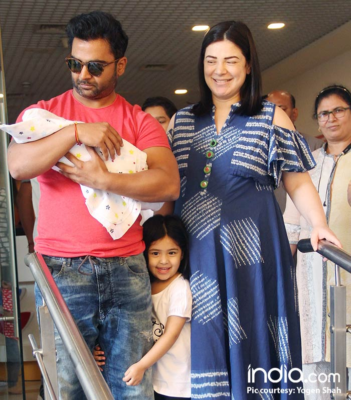 urvashi,-and-sachin-coming-out-of-surya-hospital-with-their-new-born-child-(5)