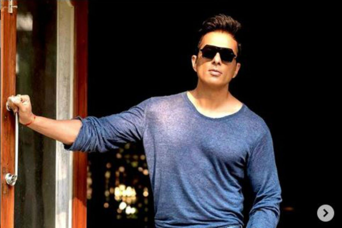 Sonu Sood Hits Back at Troll Who Called His Social Work a 'PR Stunt', Shares Proof of Accounts