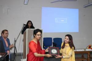 Roopali presenting a memento to Bindoo Srivastava at Developers tutorial in Panjab University