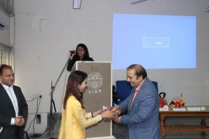 Roopali presenting a memento to Sachin Gaur at Developers tutorial in Panjab University