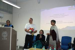 Savita presents a welcome token to Thierry at Developers tutorial in Panjab University