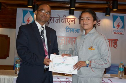 directorpers-sjvn-sh-n-l-sharma-giving-away-the-prize-to-first-prize-winner-of-school-category