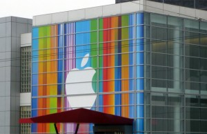 Apple announces accelerator centre, retail stores in India