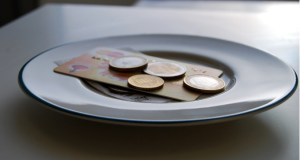 Food industry stands divided on eliminating service charge