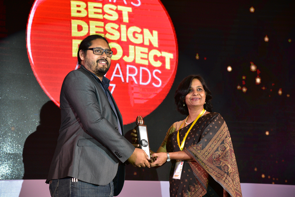 Mu Design receiving 'India's Best Design Project 2017' Award from Gargi Sharma