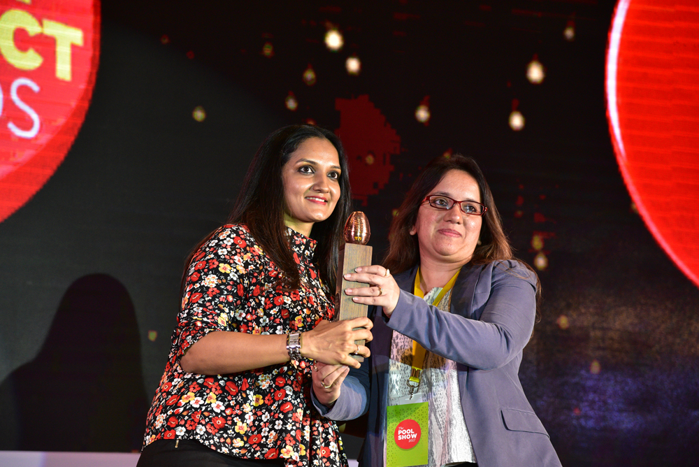 Jigna Shah Oza receiving 'India's Best Design Project 2017' Award from Ashwini Deshpande