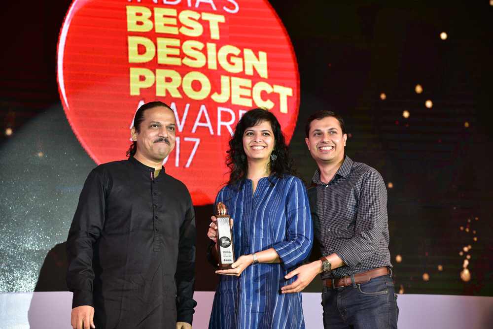 Kahani Design Works receiving 'India's Best Design Project 2017' Award from Santosh Kshirsagar