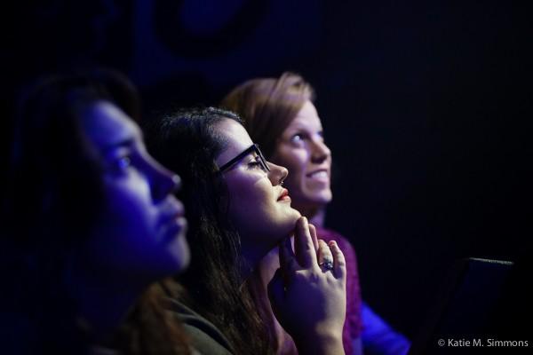 Des fans écoutent attentivement le concert de Bear's Den