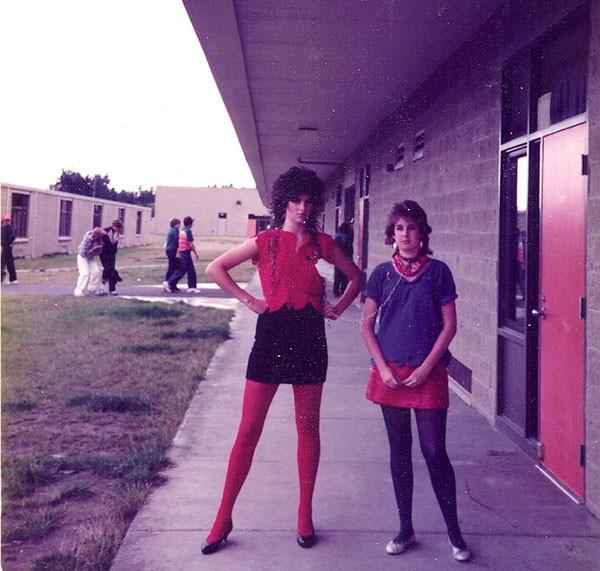 """Julie, à gauche, dans son costume de rockeuse lycéenne et comme s'en souvient Katie : """"Il y a bien longtemps, tout cela étant un peu flou, et bien avant l'avènement de la photo digitale""""."""