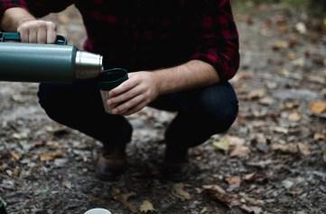 Acqua e bevande in generale per dissetarsi durante l'escursione. Un thermos con del tè o del caffè caldo può essere rassicurante