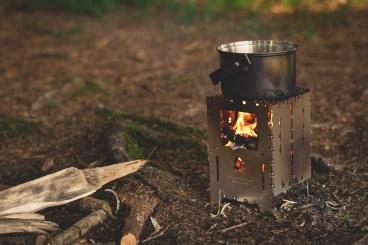 Fornellino, posate, stoviglie e tutto il necessario per cucinare. Fondamentali se dormite in bivacco o in tenda