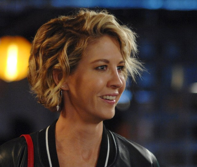 Imaginary Mary In A World Where Worlds Collide Alice Freaks Out When Jenna Elfman