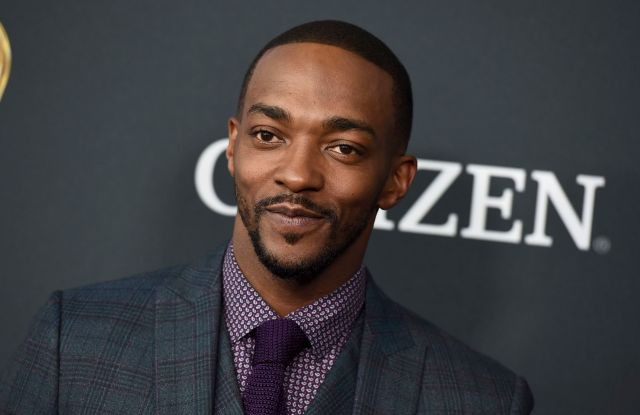 Anthony Mackie standing on the red Carpet