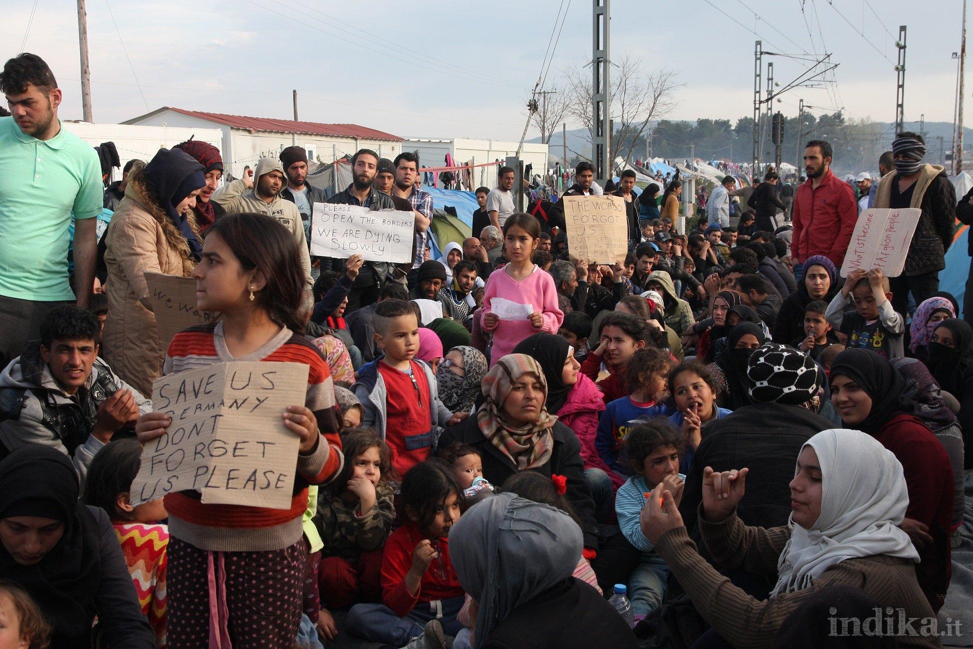 Idomeni, sit-in di protesta al centro del campo. Bloccato accesso a rifornimenti di acqua e cibo. © Emanuele Confortin