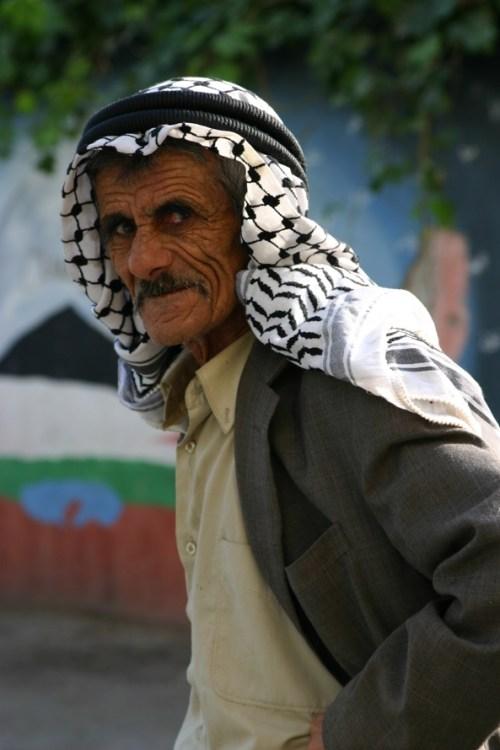 Anziano palestinese nei vicoli del campo profughi di Deishe, a Betlemme