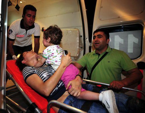 Mamma e figlia palestinesi ferite dalle bombe israeliane a Gaza