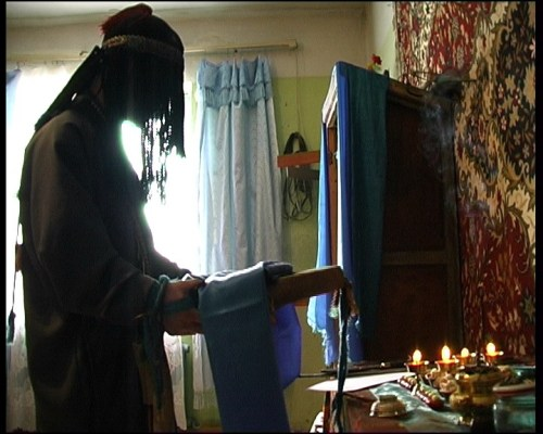 Sciamano ritratto durante la celebrazione di un rituale kamlanie
