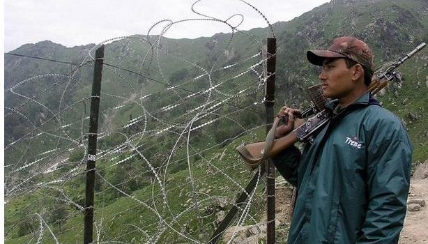 """Spari lungo il confine del Jammu e Kashmir. Ucciso un soldato indiano. Il premier pakistano """"non può esserci pace senza il Kashmir""""."""