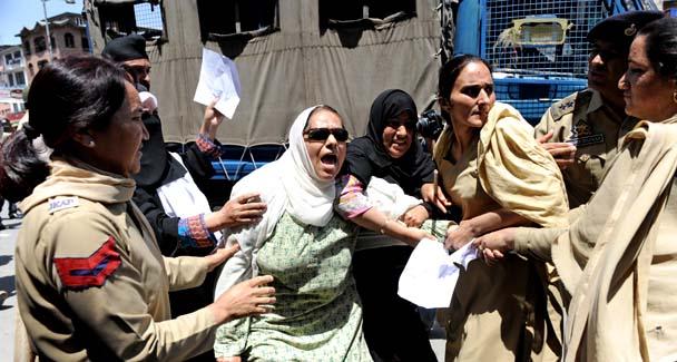 Cresce la tensione in Kashmir per l'uccisione di due donne a Shopian. Da Islamabad l'appello di Gilani