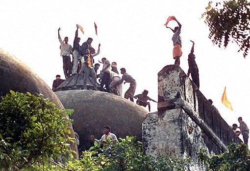 Coinvolgimenti per la distruzione della moschea di Ayodhya. Trambusto nel parlamento indiano