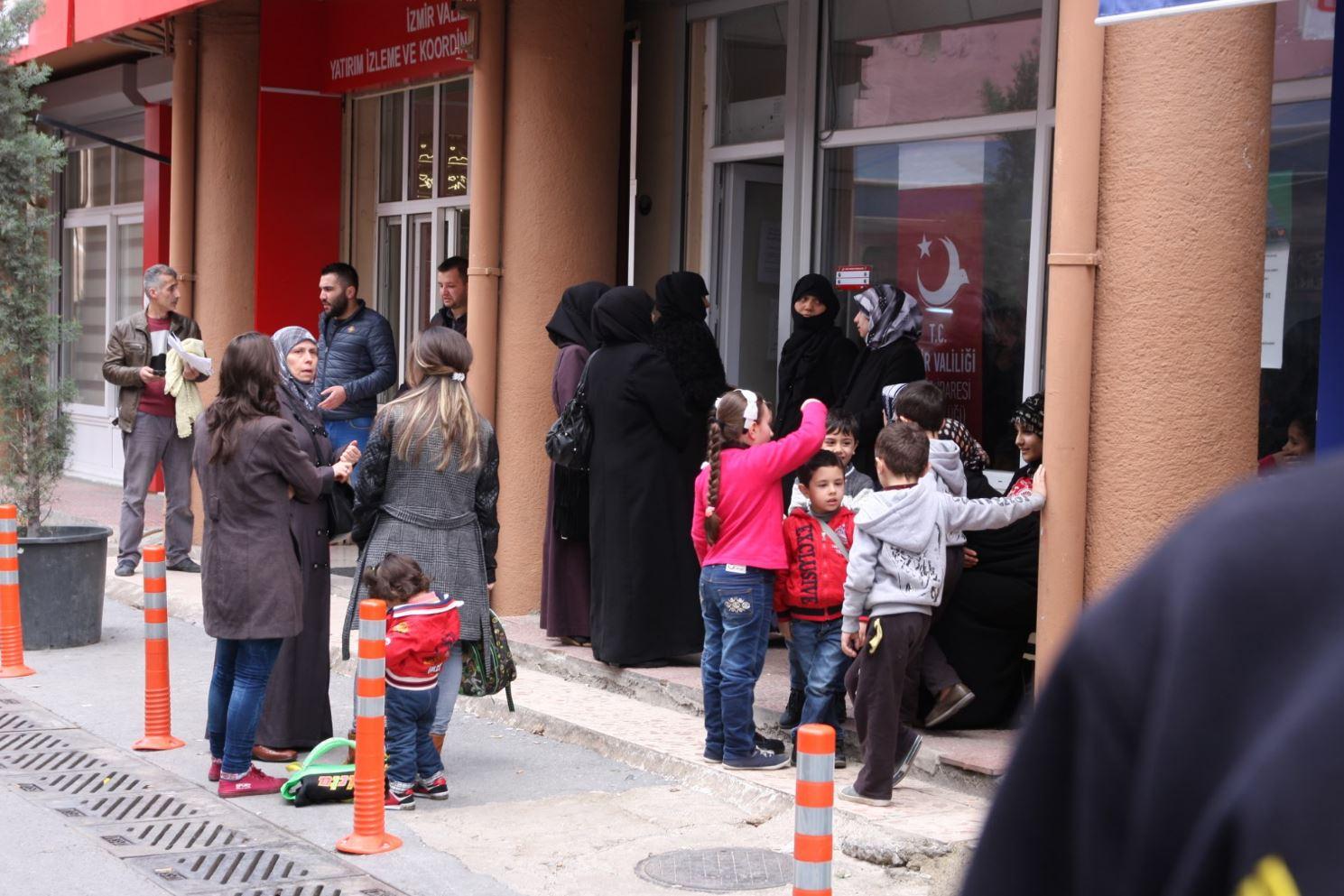Rifugiati siriani in coda per ottenere il kimlik, un documento di identità che garantisce accesso a servizi e lavoro.