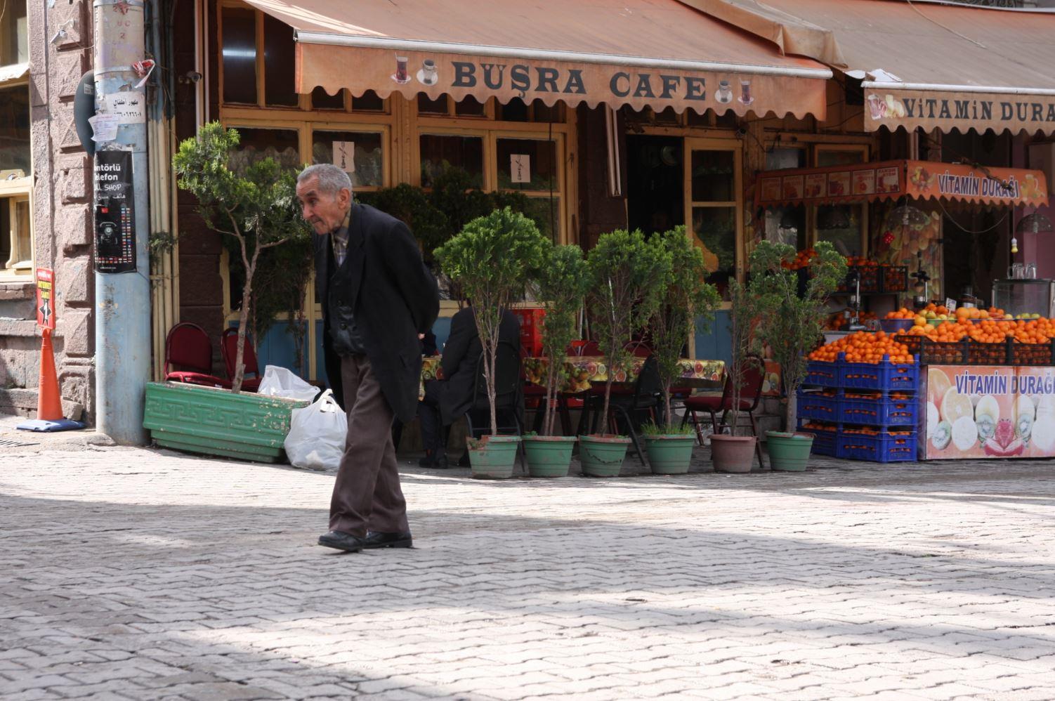 Busra Cafe, nel cuore di Basmane. Nei dintorni la sera domanda e offerta si incontrano, alimentando il business dei trafficanti