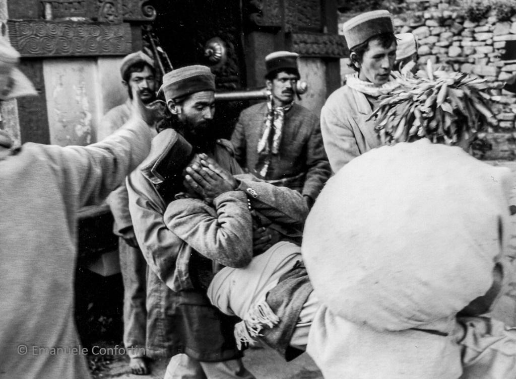 Il grokch Padam Chand viene portato via dal tempio al termine della possessione di Phulec