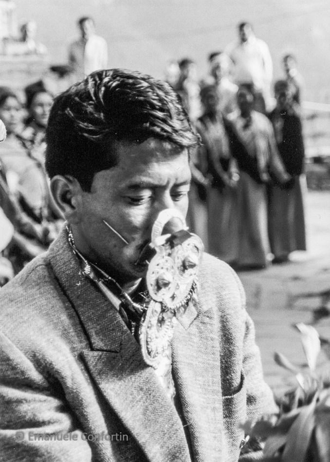 Il grokch Padam Chand durante la possessione esegue la pratica detta 'infilarsi l'ago'. Festival di Phulec