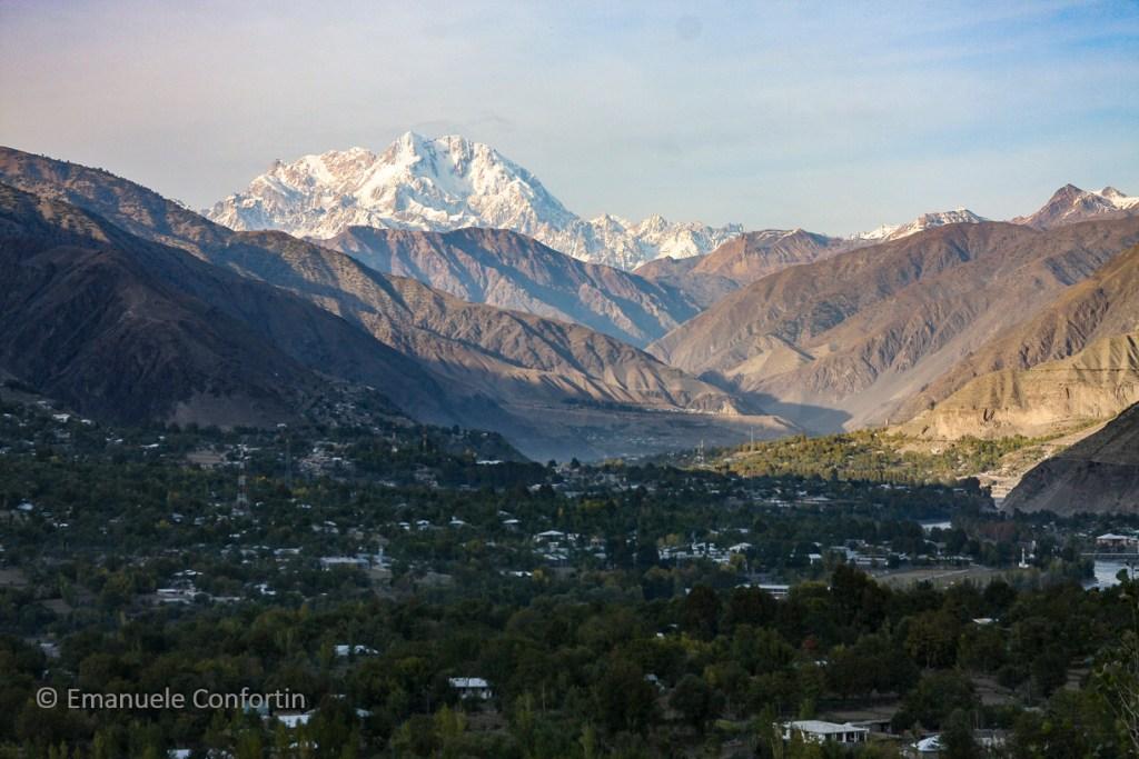In lontananza il Tirich Mir, la più alta vetta dell'Hindu Kush