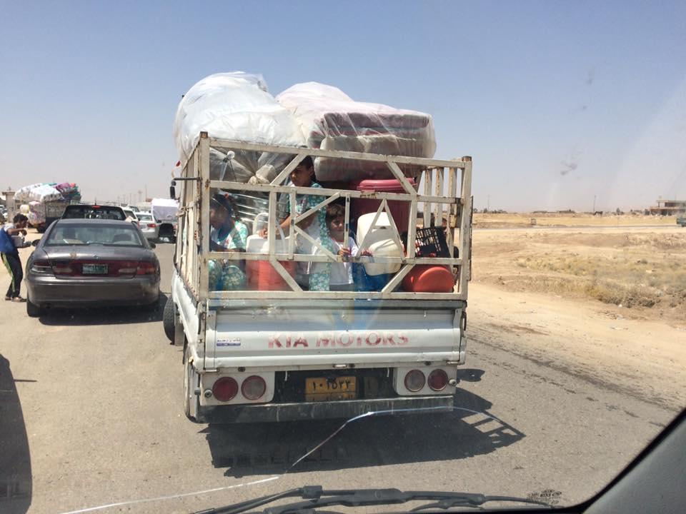 Confine Kurdo Iracheno. Un furgoncino stracarico sulla via per Mosul.