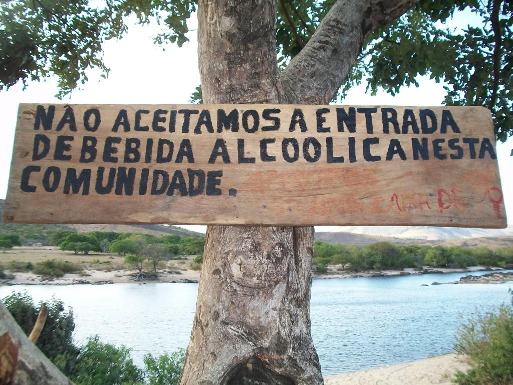 Placa colocada pela comunidade localizada a Beira da Estrada que leva ao Municipio do Uiramutã