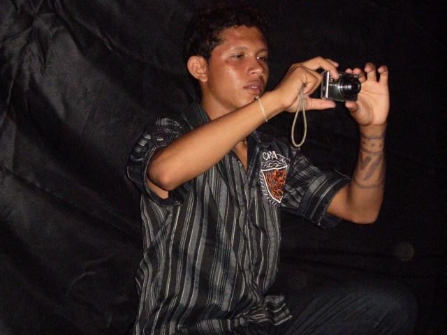 O indigena Makuxi Rodrigo, fotografando crianças em uma peça teatral