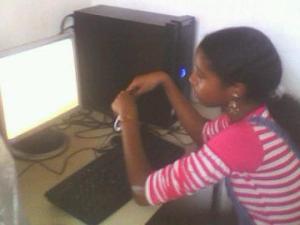 india na frento do computado no primeiro dia de aula