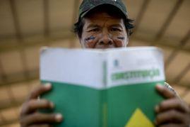 Índio com a Constituição do Brasil nas mãos
