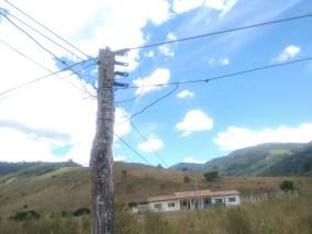 Fiação inadequada em frente á uma escola indígena infantil