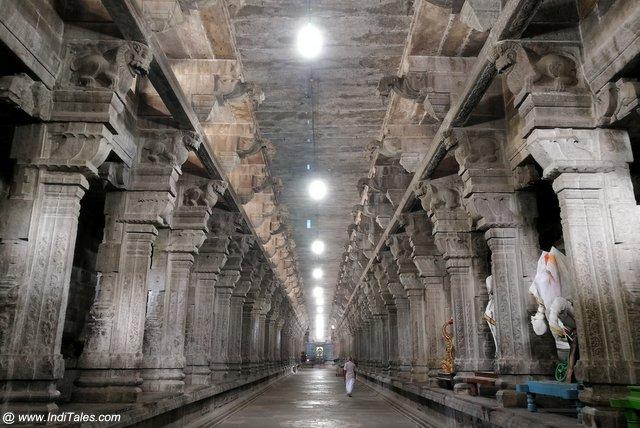 १००० पाषाण स्तंभों युक्त भव्य गलियारे