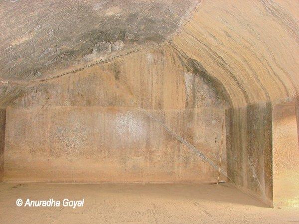 बराबर गुफाओं की दीवारें - आज भी चमकती हुई